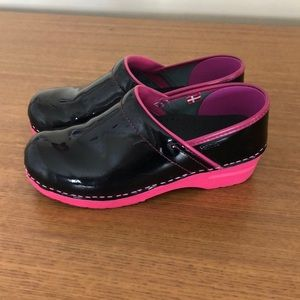 Sanita patent xenia clogs black and pink